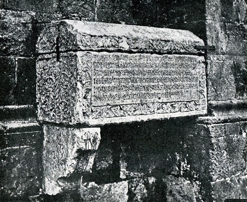 Arca tumular de D. Sisnando no exterior da Sé Vel