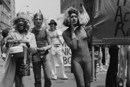 Marsha P. Johnson (à esquerda) e Sylvia Rivera (à direita)
