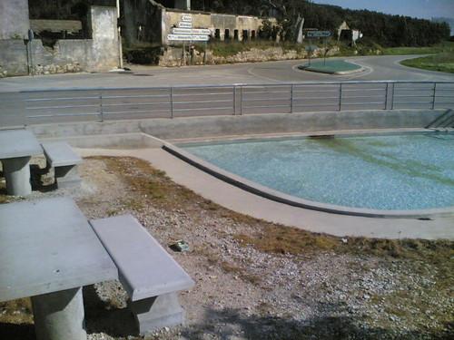 Cruzamento com piscina e parque em Amieira