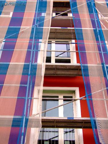 Novo prédio em construção com cores modernas (1