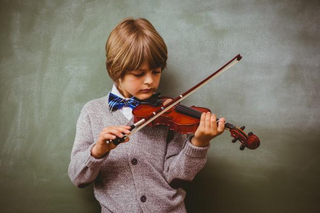 retrato-de-menino-bonito-tocando-violino_13339-114