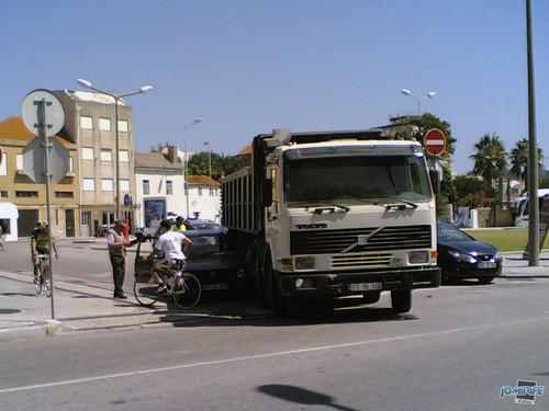 Acidente entre camião e carro, ia ficando debaixo