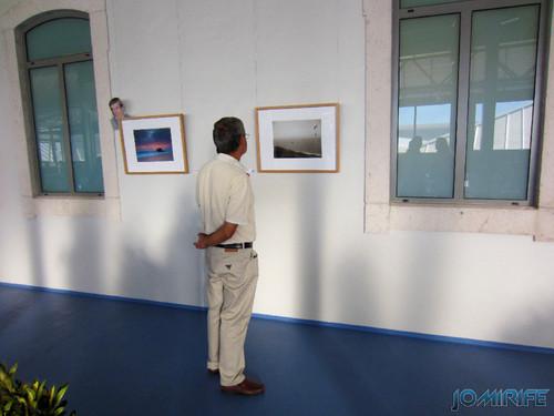 Exposição coletiva de Fotografia «Figueira da Foz, aqui sou feliz» - Visitante a ver uma fotografia [en] Exhibition of Photography «Figueira da Foz, I am happy here»