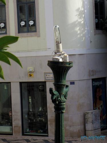 Candeeiro de rua com lâmpada e a parte eléctrica ao ar na Figueira da Foz [en] Street lamp with lamp and electrical parts showing in Figueira da Foz
