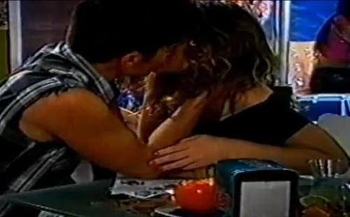 Alexandre e Marta beijam-se