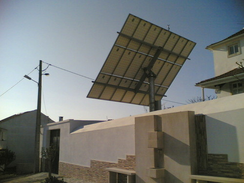 Mega painel solar no jardim
