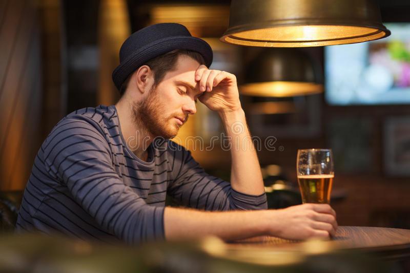 cerveja-bebendo-do-homem-só-infeliz-na-barra-ou-n
