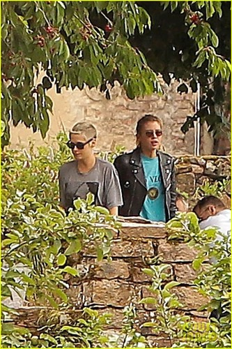 kristen-stewart-stella-maxwell-pda-at-photo-shoot-