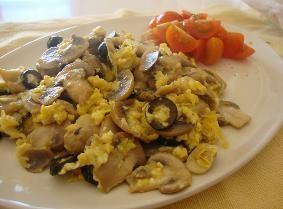 Ovos mexidos com mexilhões e queijo da serra