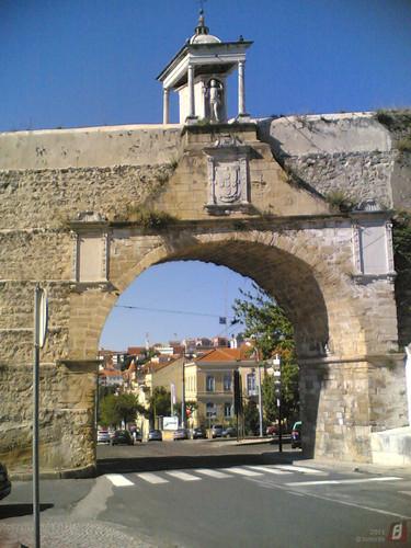 Coimbra - Aqueduto com monumento no topo