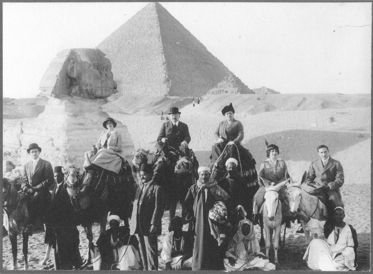 Excursionistas de alto nível a cavalo de camelos e mulas, Egipto, s.d.