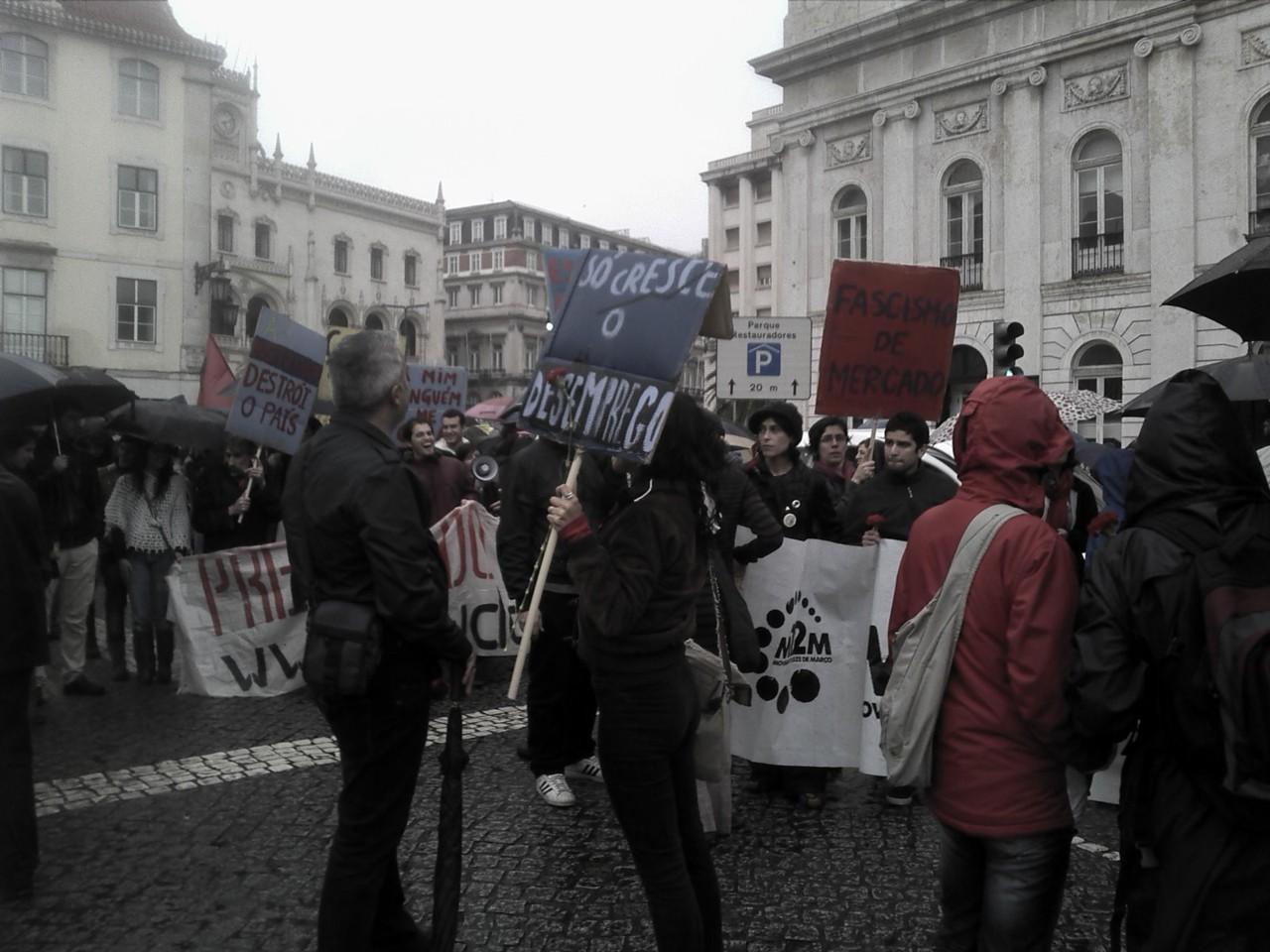 Manifestantes encharcados, no fim curto mas chuvoso passeio avenida a baixo.