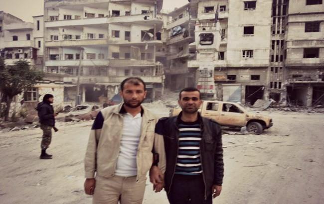 """Raed Saleh e Mustafa al-Haj Yussef em Idlib, acompanhados por um troglodita-mercenário-""""rebelde""""-terrorista da al-Qaeda"""