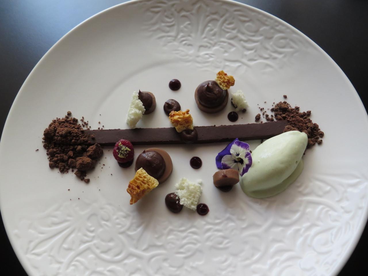 Texturas de chocolate, caramelo salgado, avelã e sorbet de hortelã chocolate