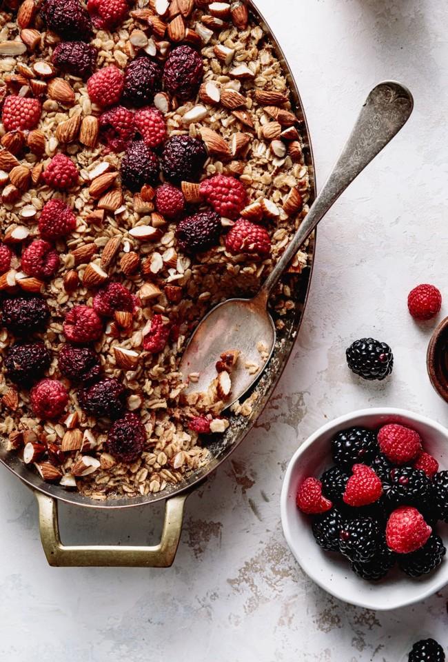 papas de aveia com amêndoa e frutos vermelhos, o pequeno-almoço que pode fazer hoje para toda a semana