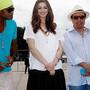 Anne Hathaway ao lado de Carlinhos Brown e Sergio