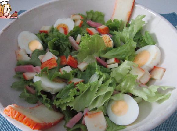 Salada de alface com queijo curado e passas.jpg