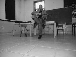 Gritali com uma guitarra classica APC