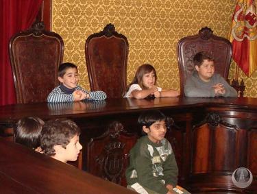 Alunos da Escola da Conceição na sala de sessões da câmara de Angra, celebram o dia do Poder Local...